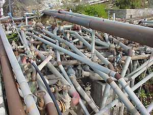 Een wirwar van buizen brengt het water uit Vilaflor naar andere steden in Tenerife. (Foto Frank Catry)